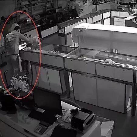 破坏报警器就安全了?内江男子太天真,盗窃珠宝店后45小时被民警擒获――