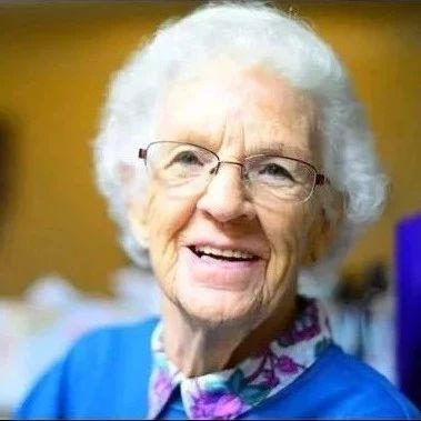 她62岁了,30年不吃晚饭,美到爆炸....
