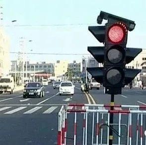 行人闯红灯,司机紧急刹住了,行人吓得心脏病发死亡,责任怎么分