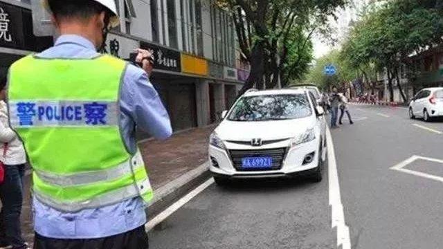 违章停车被贴罚单怎么办?交警提示:这样做能让你避免罚款200!