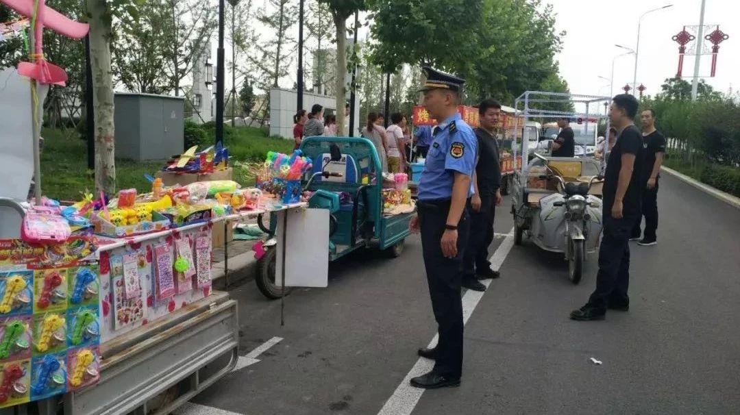 汝州市城市管理局加强中央公园周边流动摊贩整治