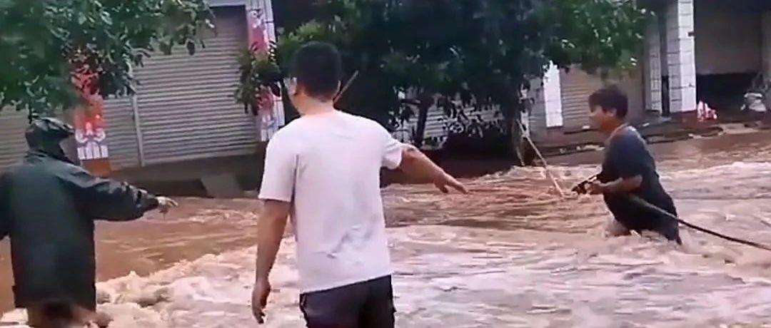 """乐至今年的""""划船季"""",城里和乡镇上都淹得很好凶"""
