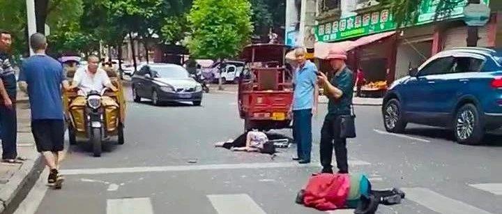 乐至教育局坡上火三轮车撞倒两人,1人伤势严重,现场血流得很多