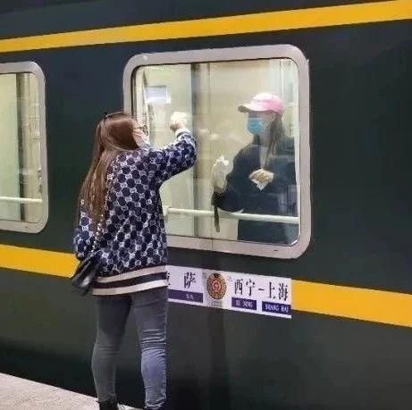 啥原因?青藏线列车上乘客集体擦车窗...