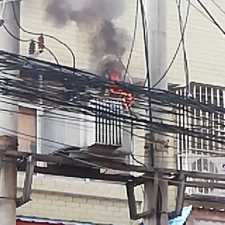 萍乡一摊贩不顾头顶变压器着火还在做生意......
