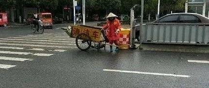 【永丰城管】严寒天气,请司机朋友上路时注意避让环卫工人