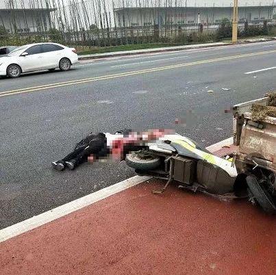 宜宾临港会展中心一电瓶车主被压身亡,惨不忍睹…