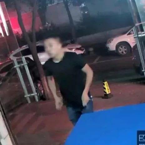 宜宾一男子从8岁女孩手中骗走7000元皮衣,监控曝光全过程!
