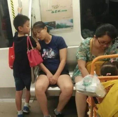 地铁上一张偷拍照刷爆朋友圈:你的教养,就是孩子的起跑线!
