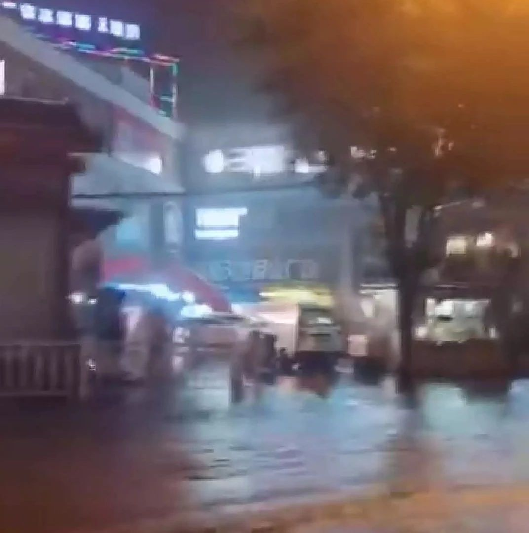 【注意】�泉昨日又降暴雨,私家�被淹�],外�u小哥被�_走,部分路面坍塌...
