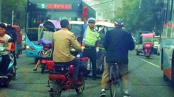 上蔡这两名辅警为保道路交通顺畅,双手举起电缆线!