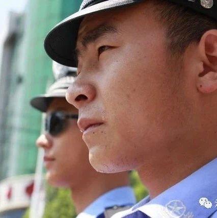 c07彩票交警烈日下执勤,用汗水诠释责任
