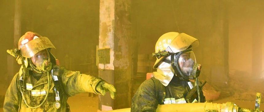 致敬丨前晚杭州大江�|一�}�焱话l火�模�220余名消防�T�^��14小�r,成功�I救4名被困群�