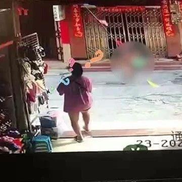 隔壁老王?男子全裸从楼上跳下,路过女子被惊呆!