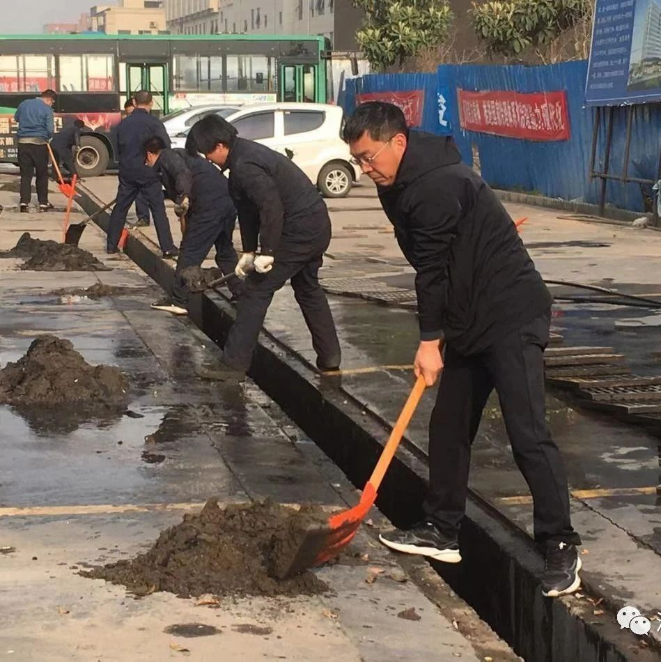 汝州市公交公司开展清理下水道治理环境卫生义务活动