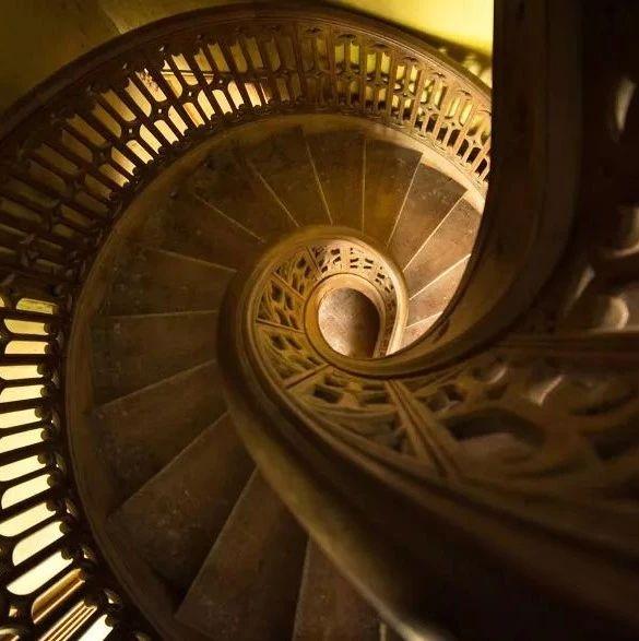 废弃建筑的楼梯之美