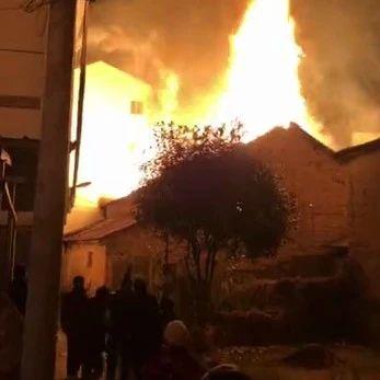丽水一村庄发生火灾,现场浓烟滚滚直冲天际......