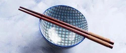 用这种碗筷吃饭,白血病、癌症可能盯上你,现在不舍扔、将来医院躺