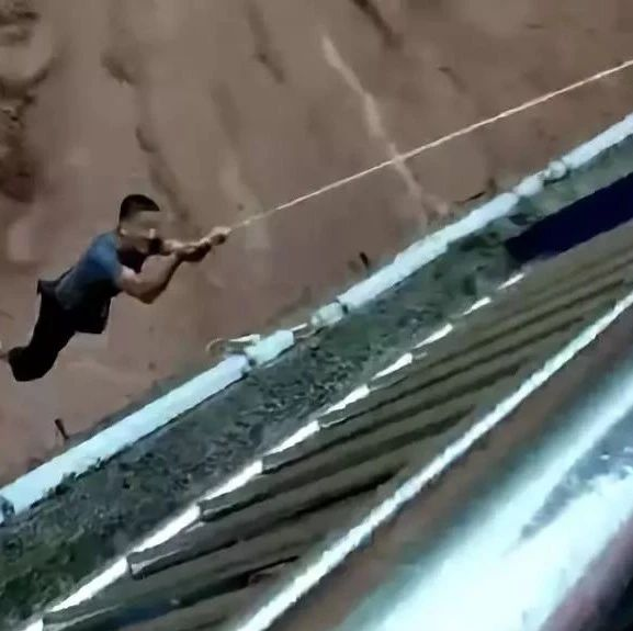 视频:宜宾中都大桥上演生死营救,救人者拉起8人后被洪水卷走。