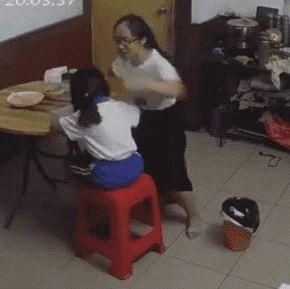 身穿校服的女孩疑遭父母轮番虐打,视频让人好心痛!警方已介入调查
