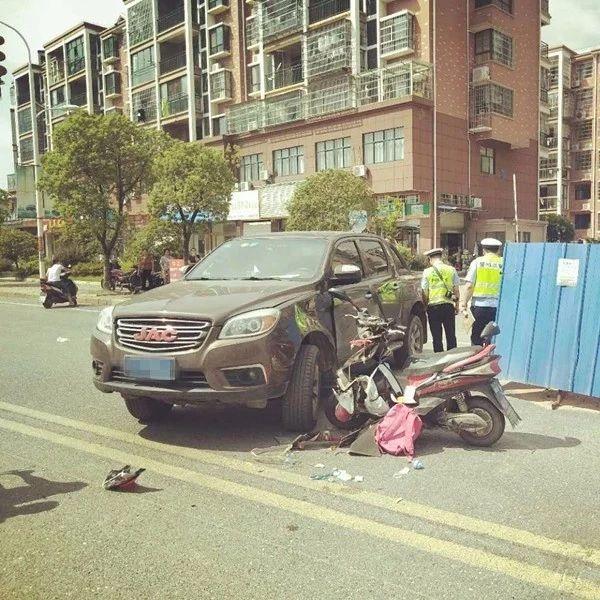 昨天,铅山一男子送孩子上学,路上发生车祸…