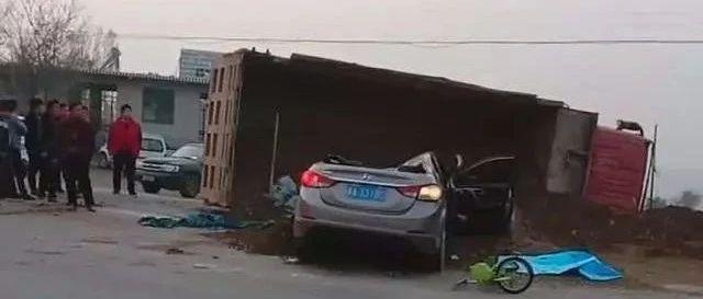 曲阳一辆渣土车侧翻砸中小轿车,人员被困