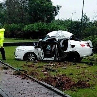 离奇车祸丨自贡一小车把路灯拔起砸到了自己...