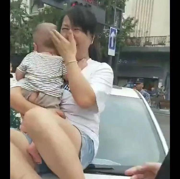 自贡一女子坐在引擎盖上嚎啕大哭,究竟是怎么回事?(内附视频)