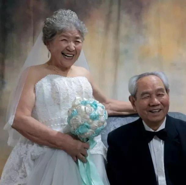 看哭了!结婚70周年,这对白发老夫妻做出这么一个选择...
