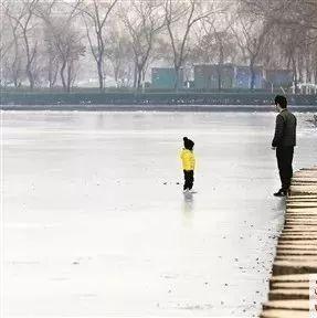 紧急提醒!最近低温水面结冰,有人在做这件事!很危险,新安人马上停止…