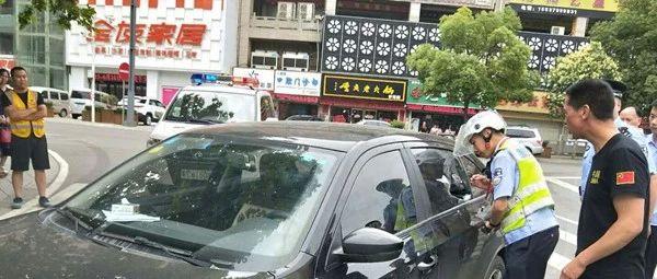 新安一男子酒后在车内昏迷不醒民警破窗救人