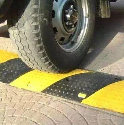 【车知识】单边通过减速带伤车吗?