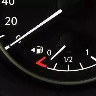 油表亮了不要慌,教你8招�p松�_到加油站!