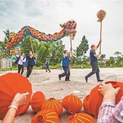 《重庆日报》整版关注,铜梁龙舞龙灯非遗技艺点燃村民的致富希望