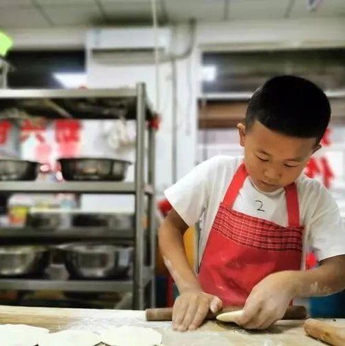 7岁男孩日擀600多个包子皮:爸妈开店辛苦,不想他们太累