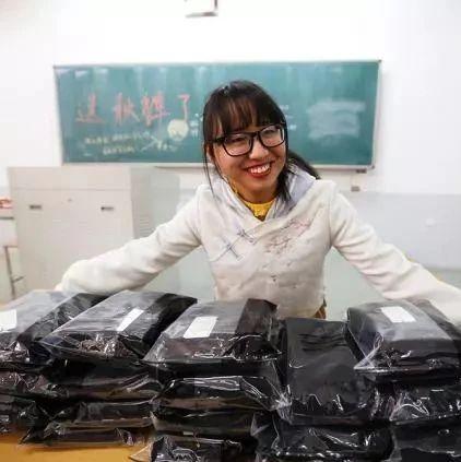 班长喊你穿秋裤?这位女班长用奖学金,买了28条秋裤送全班同学