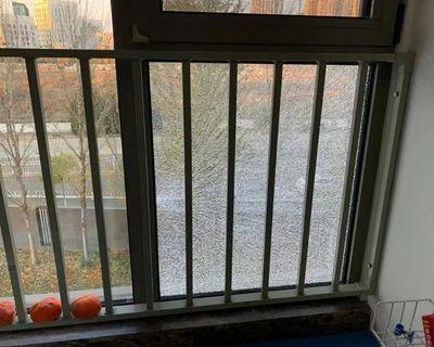 北京长阳一小区55户业主玻璃接连自爆,原因不明