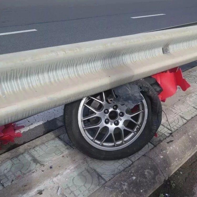 一轿车靠3个车轮狂奔10公里...现实版《速度与激情》?!