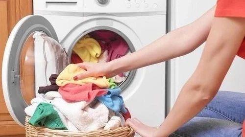 洗衣服时不小心把卫生纸洗了?这一招帮你瞬间清除,厉害了!