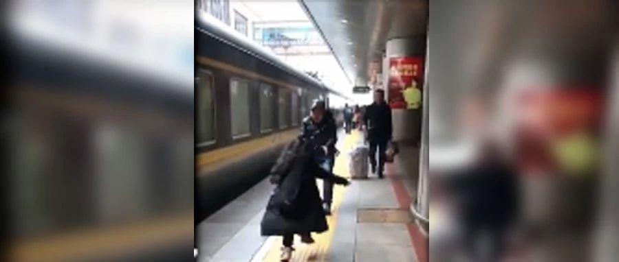 父女在火车站的视频被疯传,请记得看到最后