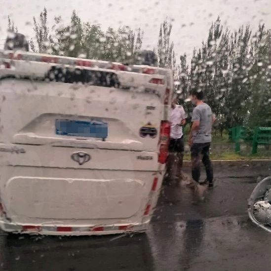 【城事】白城一白色��v�l生�确�事故,仰面朝天��^受�p�乐兀�雨天行�注意安全!