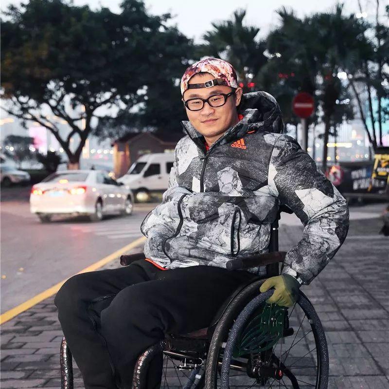 遭遇车祸、妻子离家……一个澳门金沙城中心高位截瘫者不同寻常的自我救赎:带着父母重走古丝绸之路