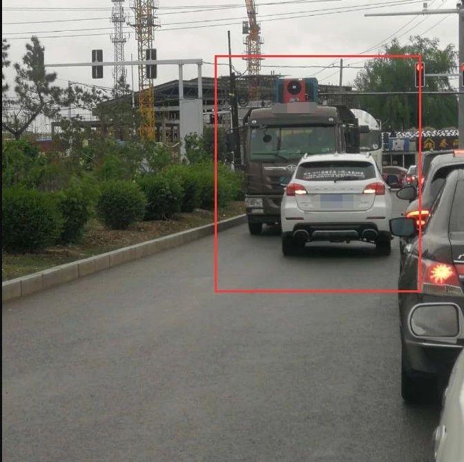 """【城事】白城这两辆车竟敢在马路上逆行,胆多大?这样的""""路霸""""要不得,抓住扣分罚款"""