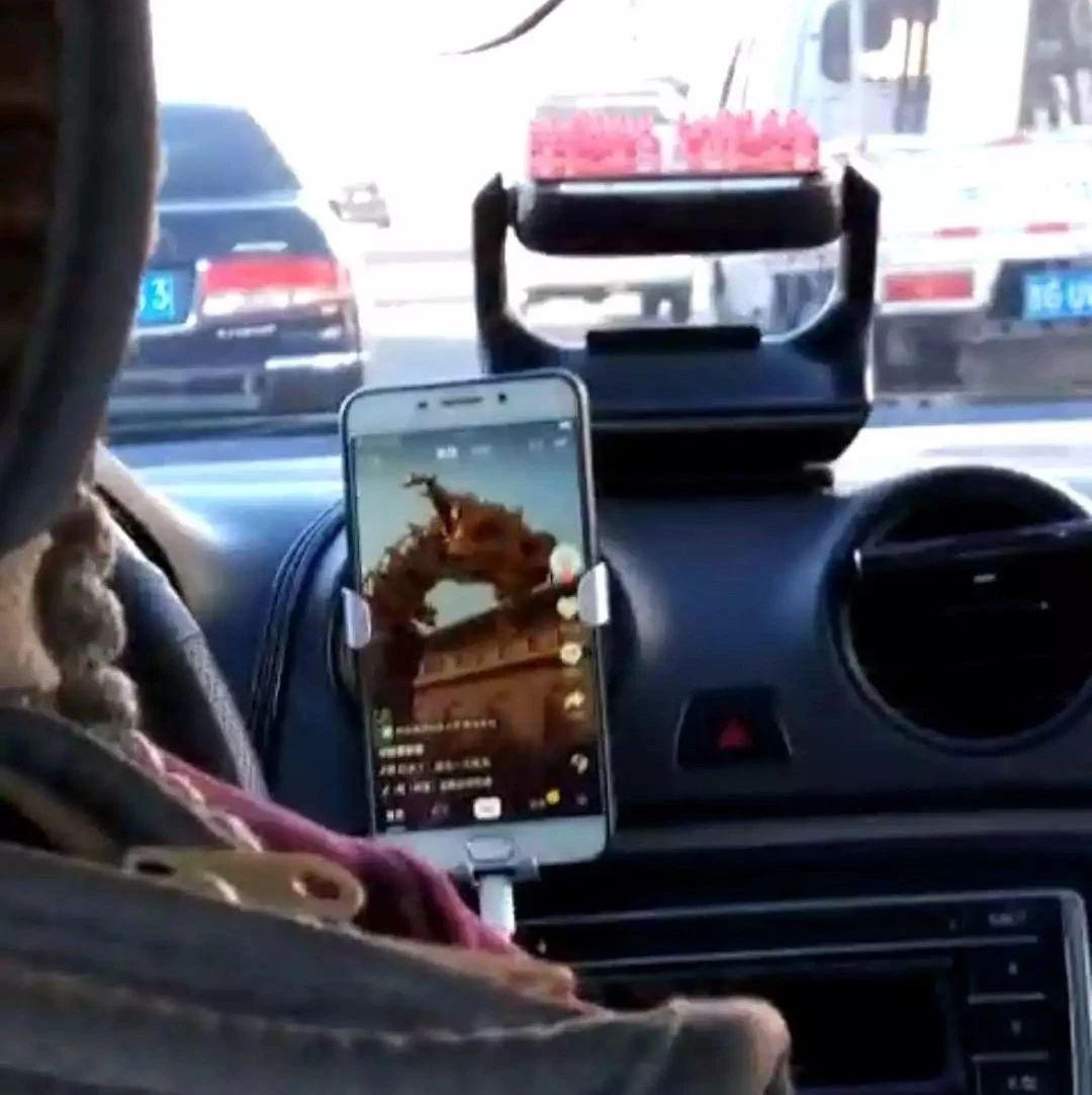 【城事】白城出租车司机开车做这个动作,神操作被乘客拍下!