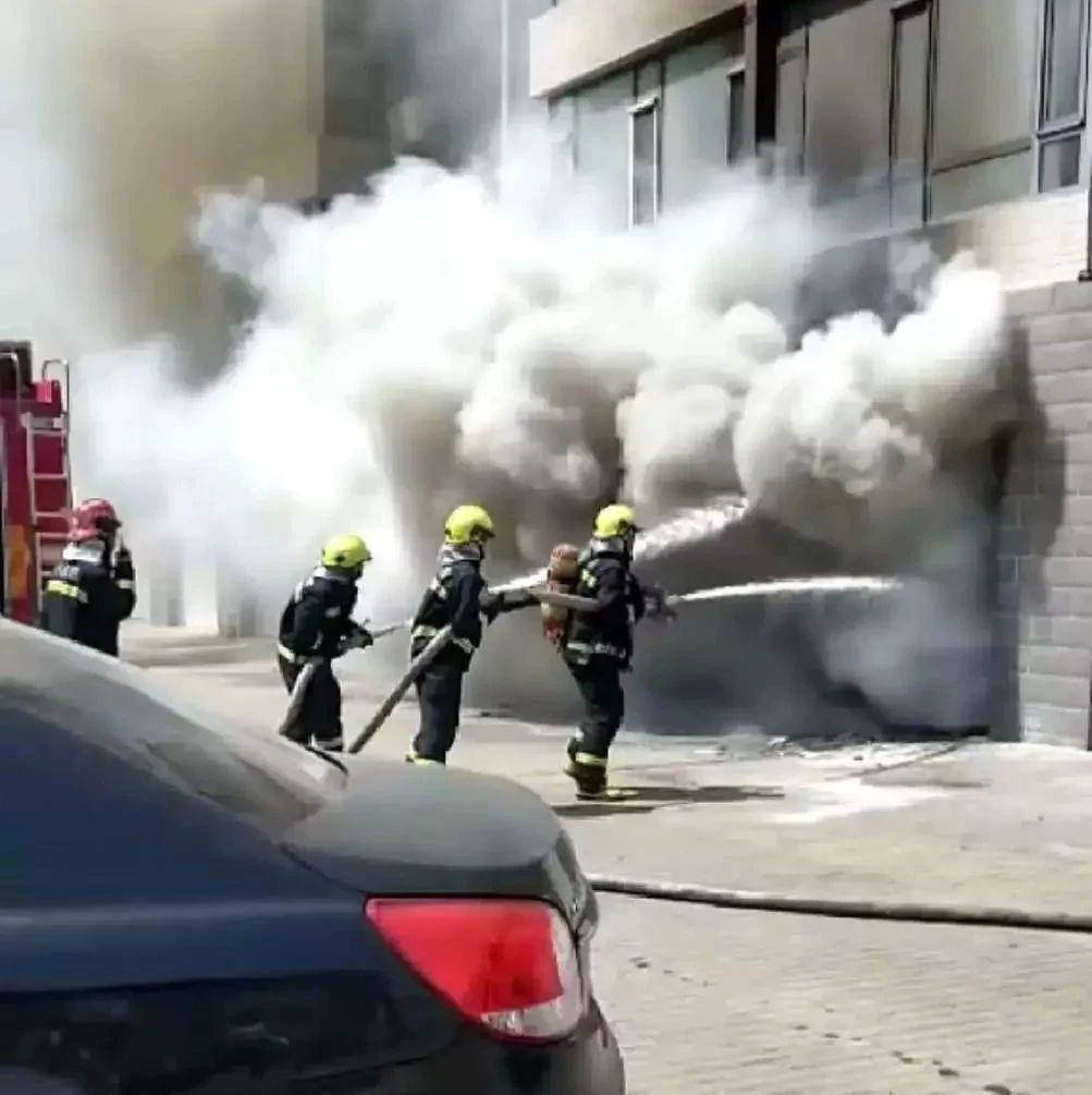 【城事】白城居民楼,车库竟突然起火,火情惊险,幸亏消防战士......