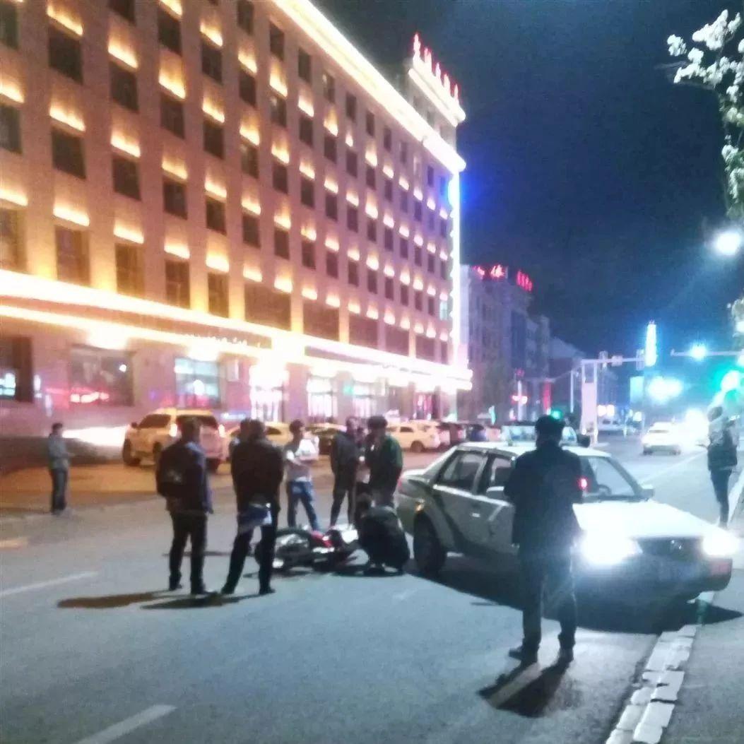 【关注民生】昨晚澳门金沙城中心发生一起飞车党撞车事故,一人倒地不起,现场恐怖!