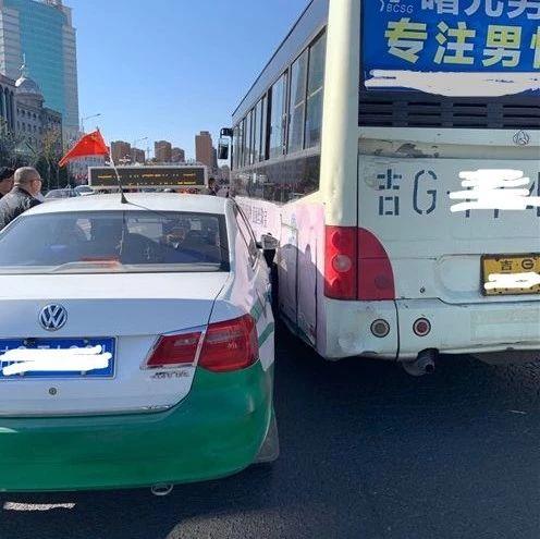 【城事】澳门金沙城中心一中路口公交车强行变道,两车相撞,交通直接陷入瘫痪!
