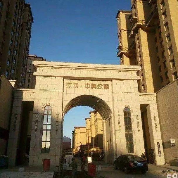 """【关注民生】白城永茂公馆物业锁死高层楼顶的""""逃生门"""",是否有权这样做?"""