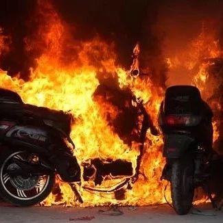 【城事】惊险!昨天白城某居民楼电动车充电引发火灾,现场一片狼藉,消防翻墙进行救援!