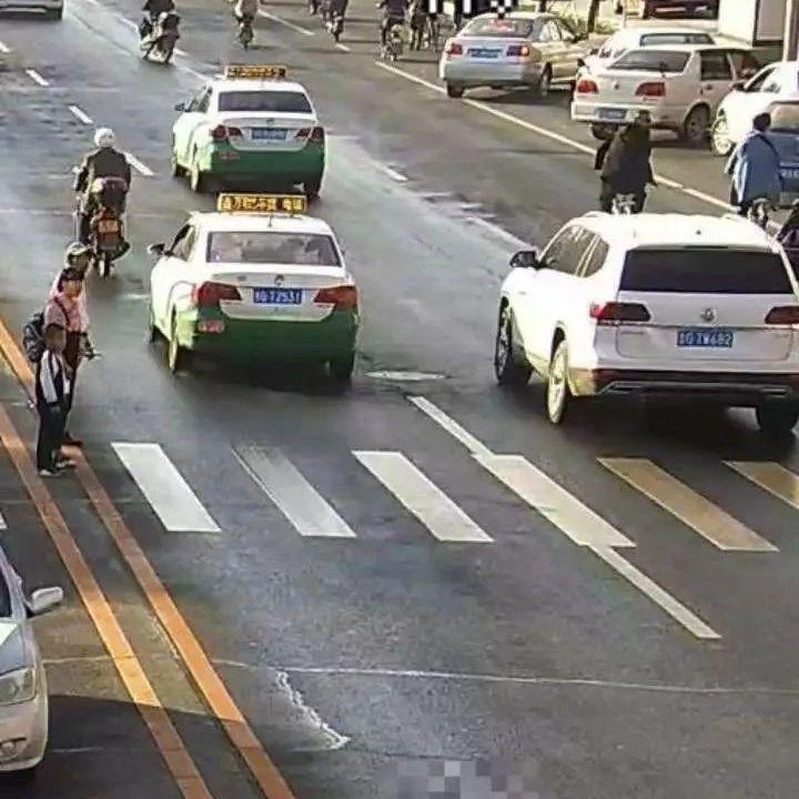 【城事】白城司机注意了,斑马线前机动车不礼让行人,罚款扣分没商量!